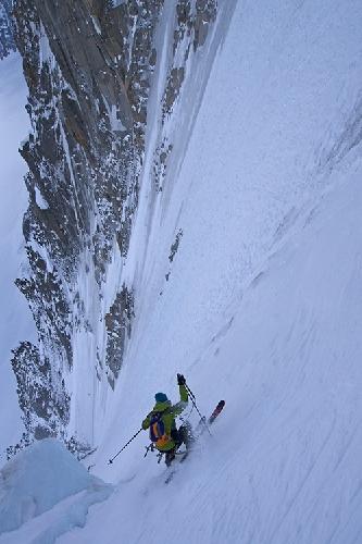 Январь: Бен Бриггс спускается на лыжах с кулура Couturier вершины Aiguille Verte