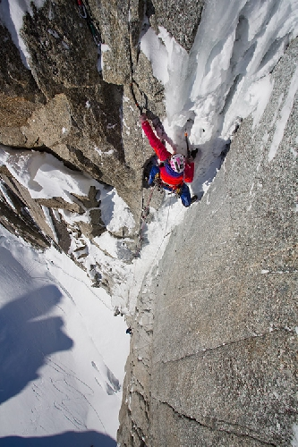 Февраль: Stephanie Maureau при восхождении на  Supercouloir Direct на вершину Mont Blanc du Tacul