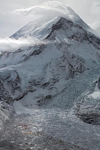 Апрель: Капризный Эверест. Вид на Базовый лагерь перед рассветом