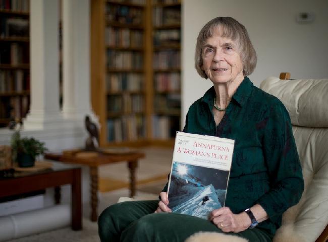 "Ирен (Бредсли) Миллер (Irene (Beardsley) Miller) с книгой ""Аннапурна. Место женщины"" ( Annapurna: A Woman"