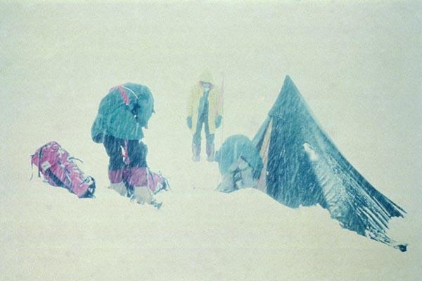 Палатки пришлось откапывать из под снега каждые несколько минут, что бы их не сложило под массой снега