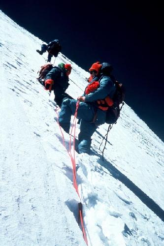 Чуть ниже пирамидальной вершины, снова был снежный участок. Женская экспедиция на Аннапурну 1978 года