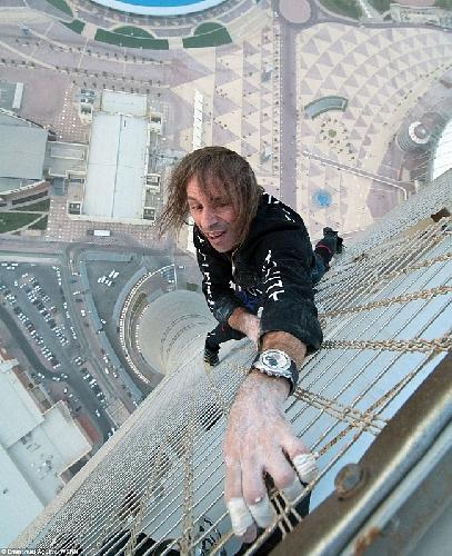 Человек-паук Alain Robert поднимается на 317 метровое здание Torch Doha Hotel без страховки