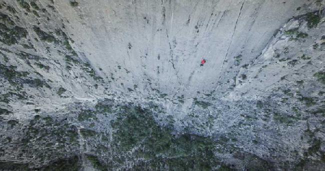 """Алекс Хоннольд (Alex Honnold) в свободном соловосхождении по маршруту """"El Sendero Luminoso"""" на стене El Potrero Chico, в Мексике"""