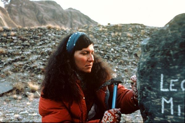 мы выгравировали имена Веры и Элисон на камне, рядом с именами других семи альпинистов, которые погибли при восхождении на Аннапурну