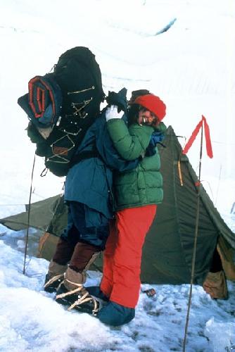 Кристи и Энни после возвращения с вершины.