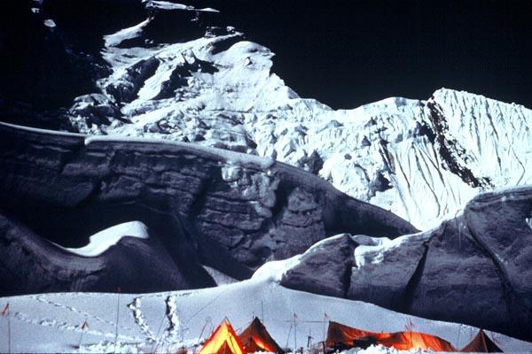 Вера и Элисон медленно и неуклонно поднимаются к пятому лагерю. Мы наблюдали за ними, пока склон горы не накрыла темнота ночи.