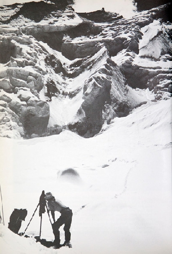 Диана Тейлор (Dyanna Taylor) фотографирует продвижение команды на Аннапурне. 1978 год