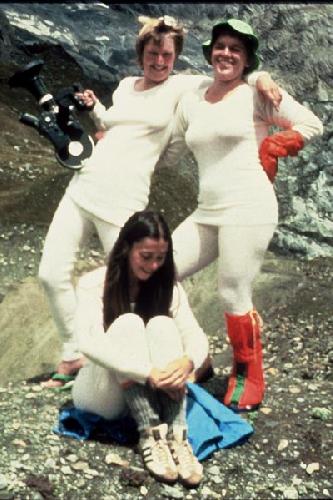 Dyanna, Marie и Christy, позируют в термобелье, предоставленном спонсором экспедиции