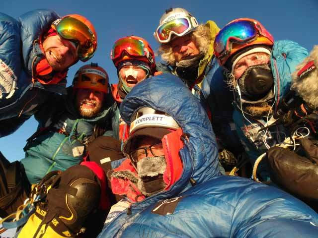 Andy Kirkpatrick, Kjersti Eide, Espen Fadnes, Aleksander Gamme, Ingeborg Jakobsen и Jonas Langseth на вершине горы Ульветанна (Ulvetanna, 2931 м) после прохождения Южного хребта. 2014 год