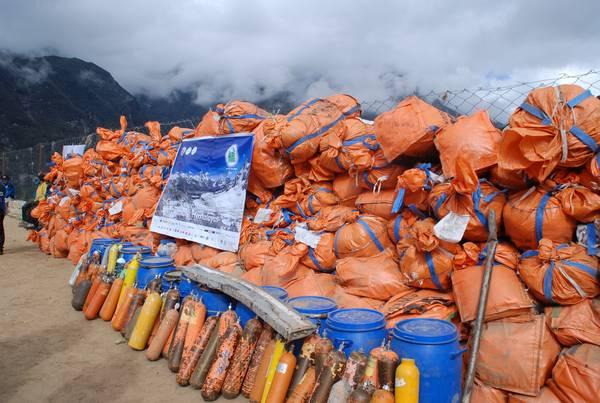 Мусор, вывезенный с Эвереста в рамках одной из кампаний