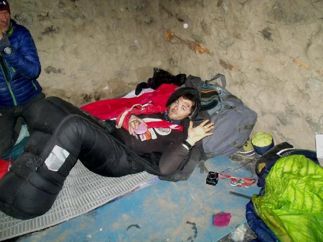 Травмированный Павел Дунай (Paweł Dunaj) в базовом лагере Нангапарбат, после лавины, март 2014 года. Фото Paweł Dunaj