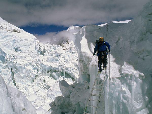 лестница на Ледопаде Кхумбу на Эвересте