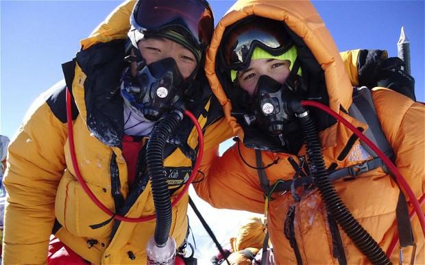 >13-летний американский мальчик по имени Джордан Ромеро (Jordan Romero) и его напарник Карма Шерпа на вершине Эвереста. май 2010 года