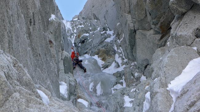 Восхождение на Эгиюй Верт (Naia-Aiguille Verte, 4122 м) на ключевом участке кулуара