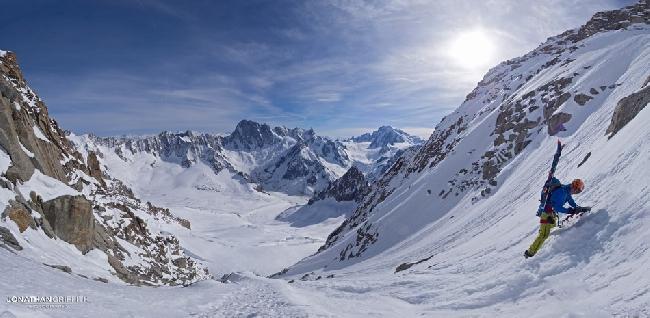 спуск к лыжному кулуару на Эгиюй Верт (Naia-Aiguille Verte, 4122 м)