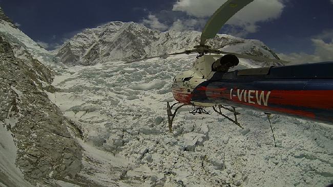 Пролетая над ледопадом Кхумбу. Фото Симоне Моро 2012 года