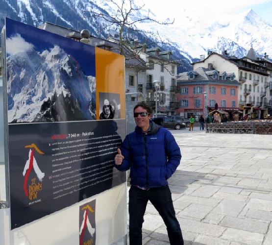 "Ян Вельстед (Ian Welsted) на фоне рекламного плаката первопрохождения K6 West. Шамони, церемония ""Золотой Ледоруб 2014"""