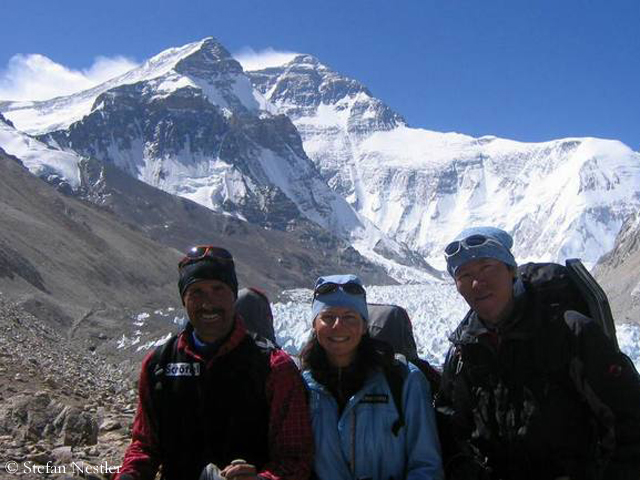 Ральф Дуймовиц (Ralf Dujmovits), Герлинде Кальтенбруннер (Gerlinde Kaltenbrunner) и Hirotaka Takeuchi у северной стены Эвереста в 2005 году