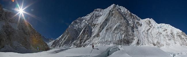 Эверест. В первом высотном лагере Camp1 на Эвересте. Вид на Нупцзе