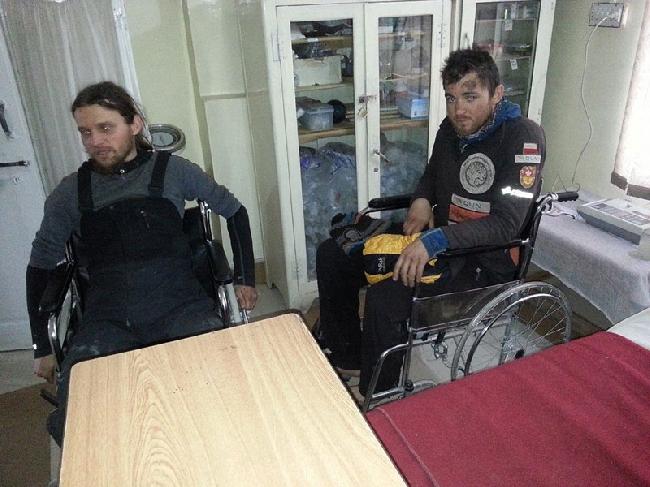 Павел Дунай (Paweł Dunaj) и Михал Обрыцки (Michal Obrycki) в больнице в Гилгите после лавины ан Нангапарбат. март 2014 год