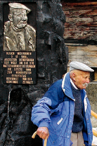 Ульрих Индербинен (Ulrich Inderbinen) и памятный знак в честь его восхождения на Маттерхорн в возрасте 90 лет!