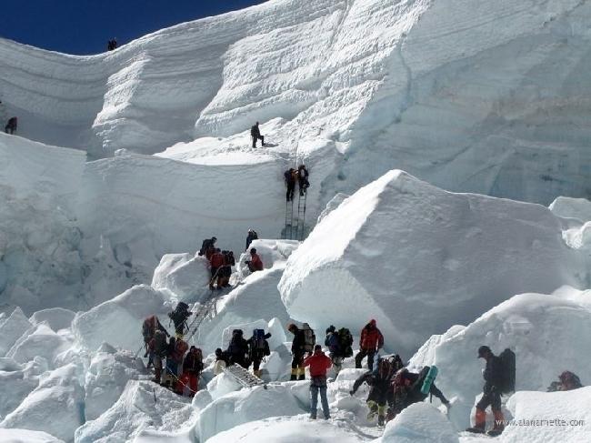 Работа шерп на Эвересте при прохождении ледопада Кхумбу