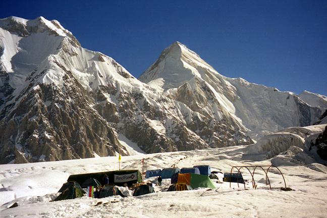 ледник Южный Иныльчек. Базовый лагерь на отметке 4000 метров. на заднем плане - Хан Тенгри