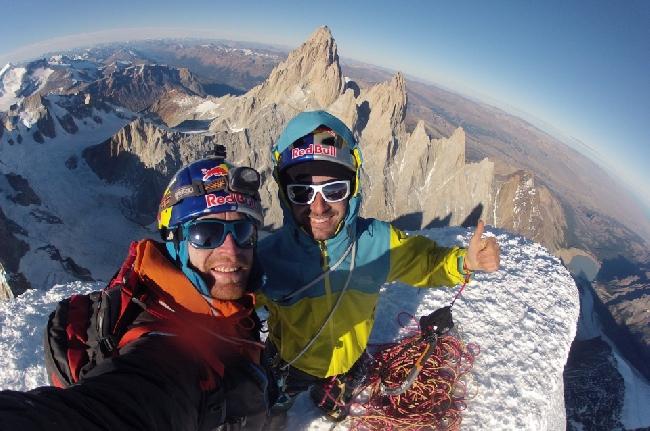 Икер Поу (Iker Pou) и Энеко Поу (Eneko Pou) на вершине Церро Торре в Патагонии
