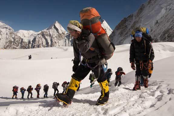 Работа шерп на Эвересте