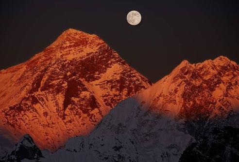 Восхождения на Эверест в 2014 году официально прекращены.