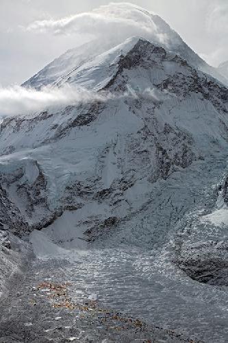 Капризный Эверест. Вид на Базовый лагерь перед рассветом. Фото Джонатана Гриффита. 2013 год