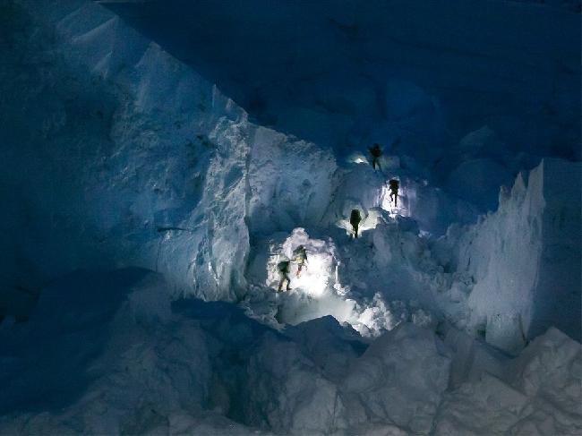 Шерпы поднимаются по ледопаду Кхумбу на Эвересте ранним утром