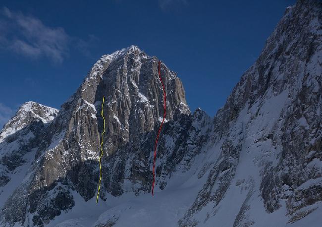 """пик Пирамида (Pyramid Peak, 2600 метров). Красная линия - французский маршрут на Западной стене, ставший первым маршрутом на эту вершину: """"The Odyssey"""" (6b A1 M7, 1100м).<br>Желтая линия  - неоконченный маршрут канадских альпинистов в апреле 2014 года"""