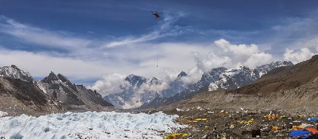 Спасательный вертолет в Базовом лагере Эвереста