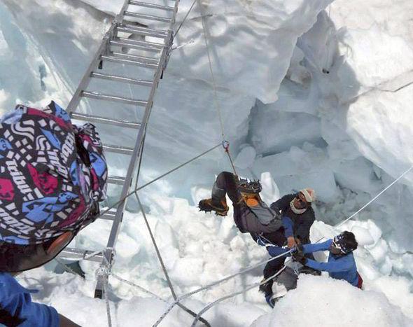 Один из погибших в лавине 18 апреля 2014 года на Эвересте