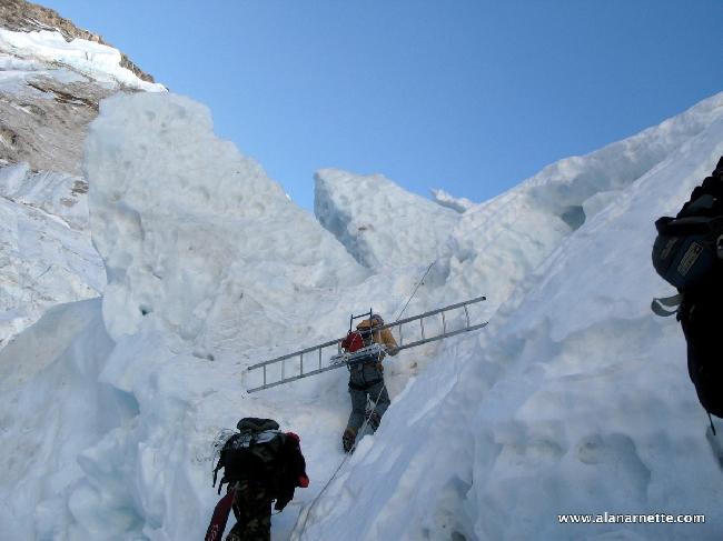 Шерпы на Ледопаде Кхумбу
