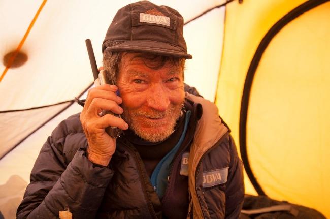 Карлос Сория (Carlos Soria) у восьмитысячника Канченджанга (8586 м). сезон 2014 года