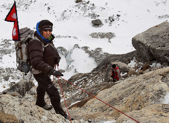 Apa Sherpa (Апа Шерпа) в горах Непала на пути к Тшо Ролпа, ледниковому озеру
