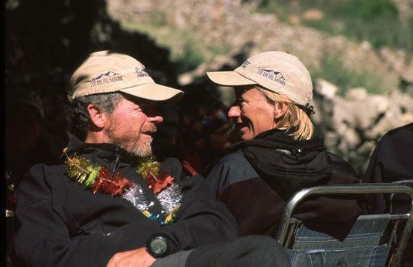Нивес Мерой (Nieves Meroi) со своим мужем Романо Бене (Romano Benet) отдыхают после восхождения на K2