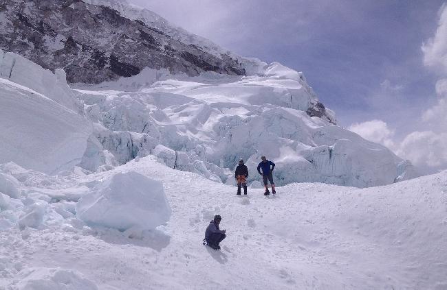 Поисковая группа в нижней части сошедшей лавины на Эвересте. 18 апреля 2014 года