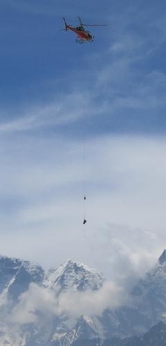Вертолет перевозит тело погибшего в лавине альпиниста. Эверест, 19 апреля 2014 года