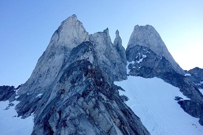 Западная сторона горы Devils Thumb (крайняя с права) на юго-востоке Аляски