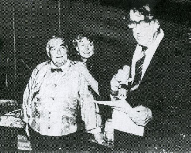 Лисаневич и его жена Ингер принимают поздравления от Эдмунда Хиллари по случаю юбилея Бориса. Фото из книги Tiger for breakfast