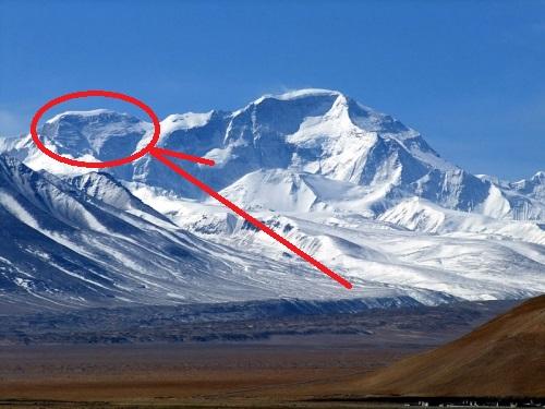 Тенцинг пик (Tenzing peak, высотой 7916 метров, отмечен красным кругом) - расположен между вершинами Gyachunkan и восьмитысячником Чо-Ойю