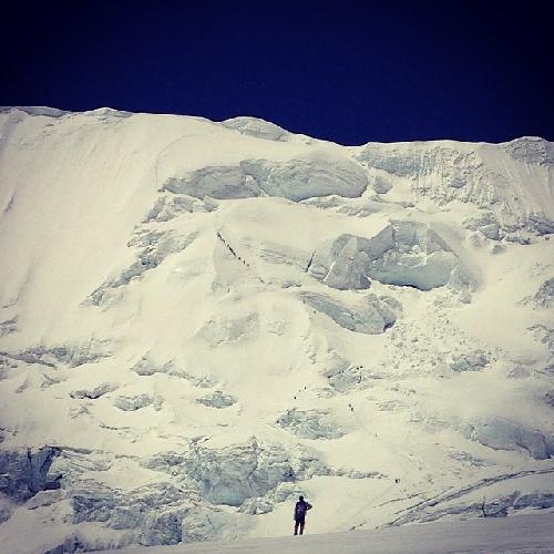 04.05.2014 - день 26. Сегодня мы (2 группа) вышли на акклиматизационный выход на Северное седло Эвереста. 7000 метров. Это такая вертикальная снежная стена и ты на веревках с жумаром передвигаешься вверх. Если напрячь зрение, то мелкие точки это люди. Набор высоты 600 метров. Сдохнуть можно. Очень тяжело. Скажу так, что для многих в альпинистском мире подъем на седло уже является подвигом и вехой в карьере. Нам, судя по программе сюда придется подниматься 3 раза. Первый раз есть ))! Отчеркнули. Скажу честно, что не все поднялись.  На седле стоят несколько маленьких лагерей. Очень мало места. Я постараюсь забраться выше и сделать фото седла сверху. Завтра утром вниз, в абс. Там небольшой отдых и опять сюда, а потом выше на 7500 метров.