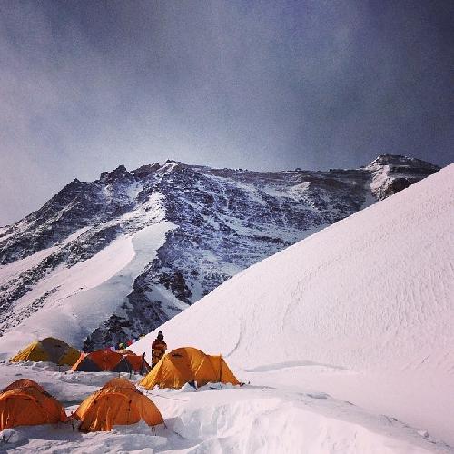 А это фото с лагеря 7000. Очень хорошо виден весь путь на вершину.  Сначала слева по снежному гребню до лагеря 7600.  Потом по камням правее до снежной полки до лагеря 8300.  Оттуда левее на самый высокий гребень и уже по нему направо до вершины. И конечно через вторую ступень и если видите справа такой небольшой холмик - это и есть вершина 8848.