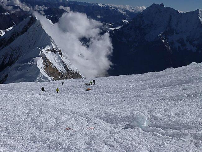 После схода лавины на Манаслу