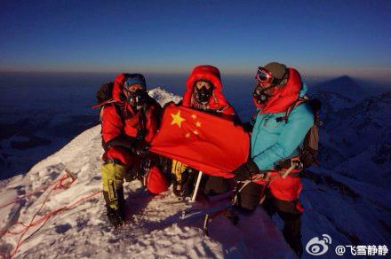 Ван Цзин (Wang Jing) и два шерпы на вершине Эвереста. 23 мая 2014 года