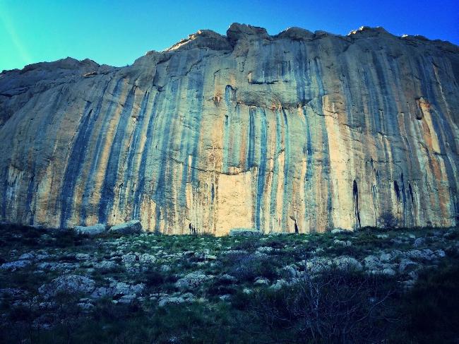 Стена на скалах французского региона Ceuse. маршрут Realization (Biographie) проходит по самой темной синей полосе слева на фото